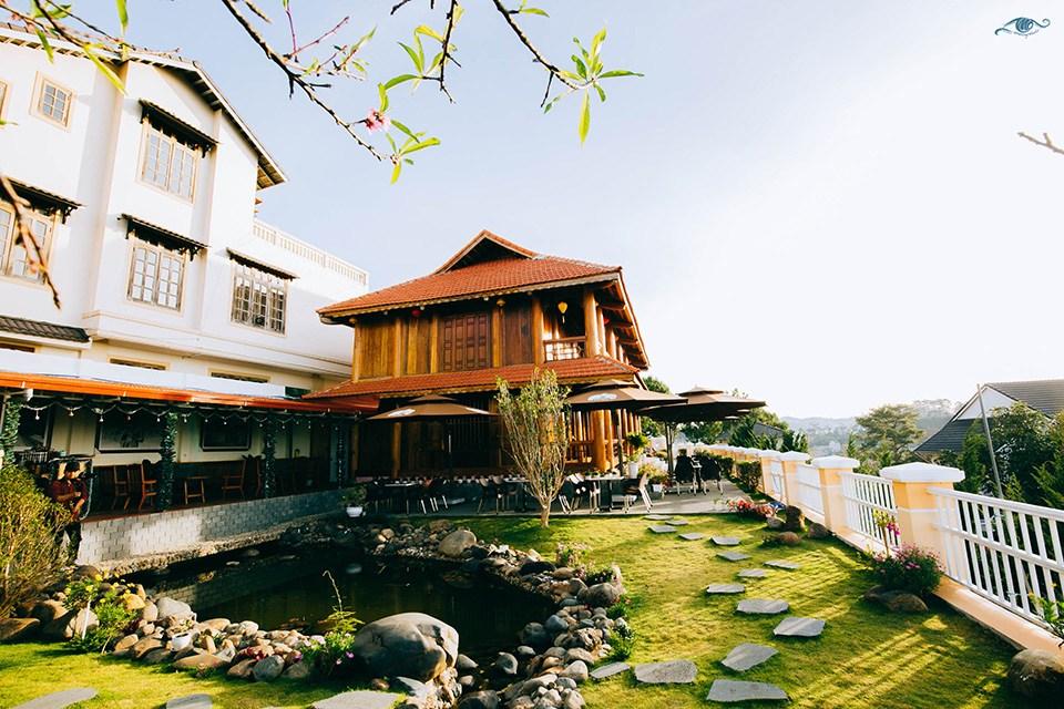 Quán cafe nhà sàn được làm bằng gỗ quý Đinh Hương